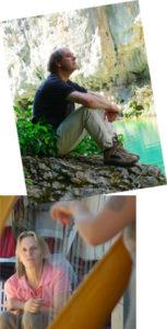 L'éditeur Jean Darot assis au bord de l'eau, et sa compagne écoutant une joueuse de harpe