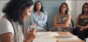 Zarina Khan lisant quelques pages de son Dictionnaire de Beyrouth. En arrière plan, Virginie Langlois, Charlotte Courtois et Laetitia Eido l'écoutent attentivement.
