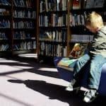 Enfant lecteur entouré de livres