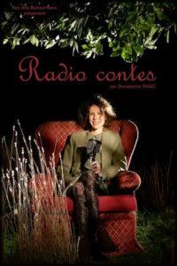 Dotienne Ranc, souriante, dans un décor semi-nocturne, assise sur un fauteuil rouge très cossu. Décor végétal tout autour.