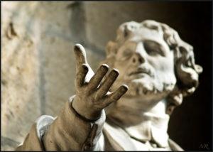 Sculpture d'un homme de l'antiquité qui semble s'exercer à l'art oratoire