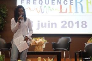 Juliette Clot, au micro durant les Rencontres Lire à pleine voix.