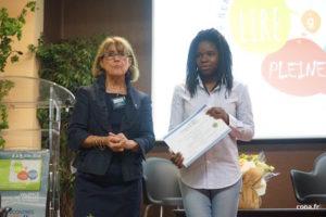 Sur scène, durant les Rencontres Lire à peine voix, Juliette Clot en compagnie de la présidente de Fréquence Lire, Lisette Grégoire.
