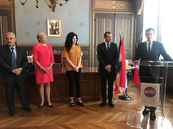 Monsieur Nicolas Daragon, maire de Valence, appuyé sur un pupitre, prononce son discours. il est attentivement écouté par Madame la Consule, monsieur l'ambassadeur du Liban et monsieur le préfet.