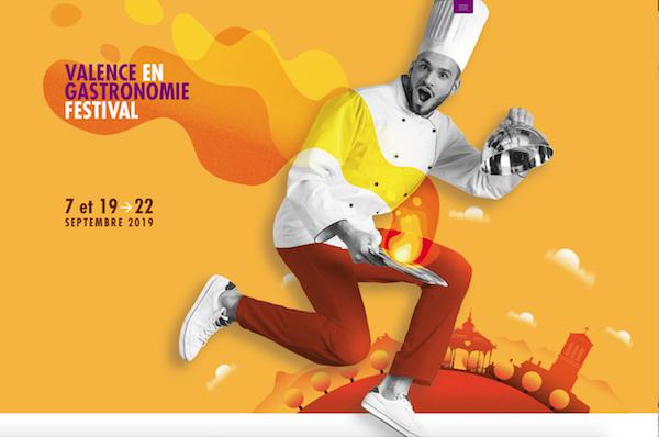 """mots-a-la-bouche-valence-en-gastronomie. Affiche de Valence en Gastronomie. Où l'on voit un cuisinier avec une grande oque, une cloche en inox dans une main, et un un plat dans l'autre, plat duquel s'échappe un nuage de vapeurs allant du jaune au rouge. Ce nuage se termine par le titre coloré Valence en gastronomie festival""""."""