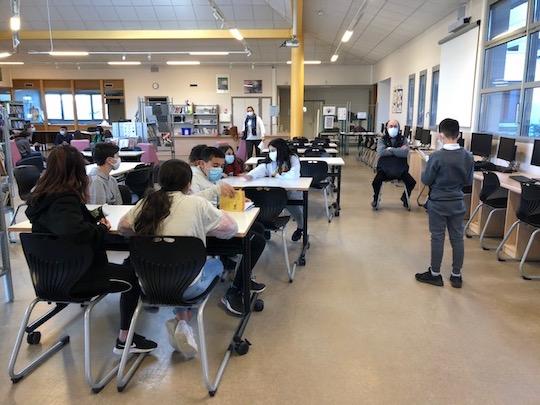 Un groupe d'élèves prix en charge par Daniel. Chacun est invité à lire l'extrait qu'il a choisi.