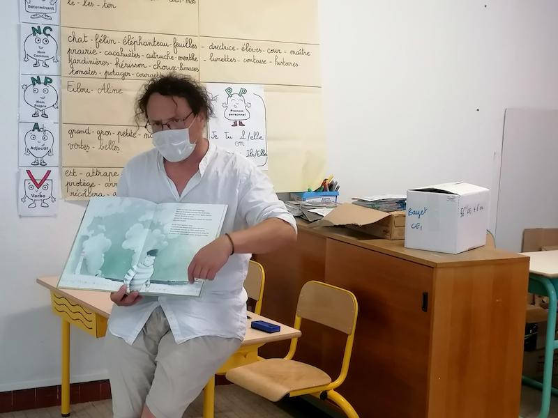 Stéphane Girel en train de présenter un des livres de Franck Prévot, Je serai cet humain qui aime et qui navigue
