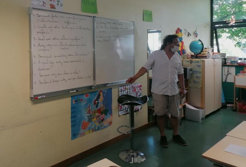 Stéphane Girel répond aux questions des enfants écrites au tableau