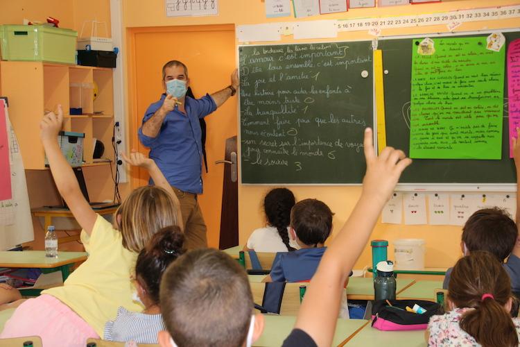 Anaël assailli de questions par les élèves d'une classe de l'école de Beaumont Les Valence.