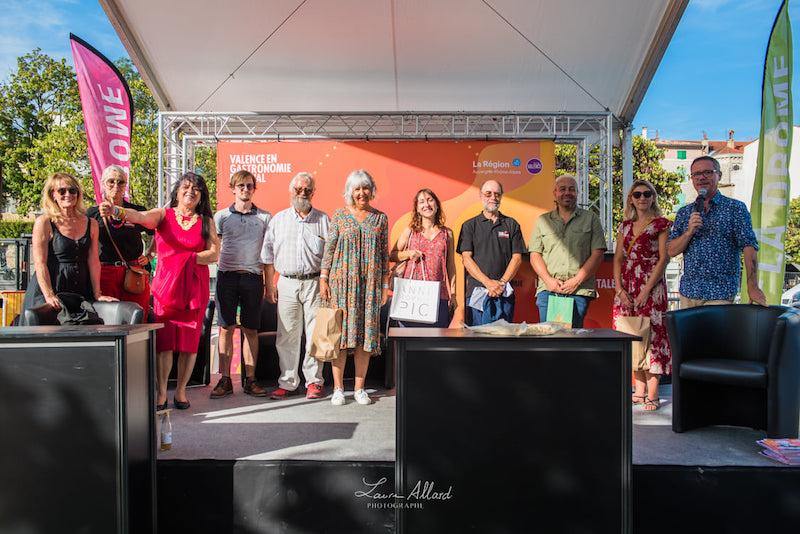 Des auteurs gastronomes : photo de groupe de certains auteurs récompensés et participants, avec des membres du jury et de l'équipe de Fréquence Lire
